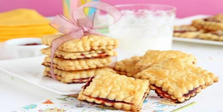 Bocadillitos de galleta rellenos de mermelada de frambuesa