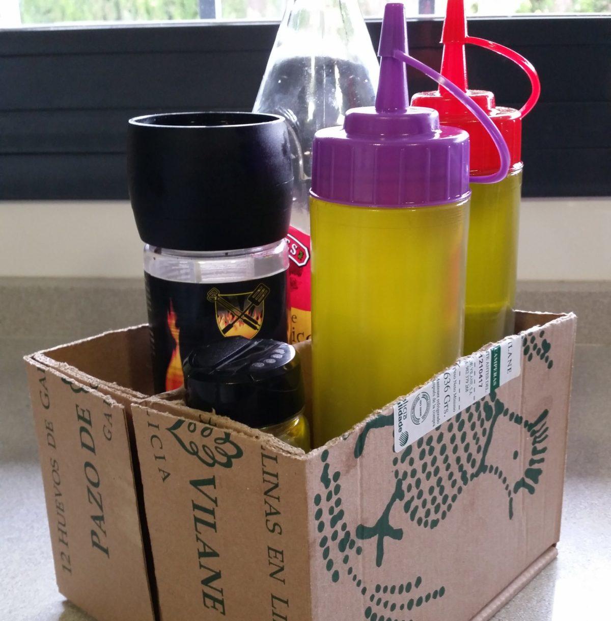 La caja de huevo campero Pazo de Vilane se convierte en un estuche para guardar aceiteras, vinagreras y otros aderezos