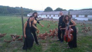 Las gallinas de Pazo de Vilane felices con la música del grupo Égloga