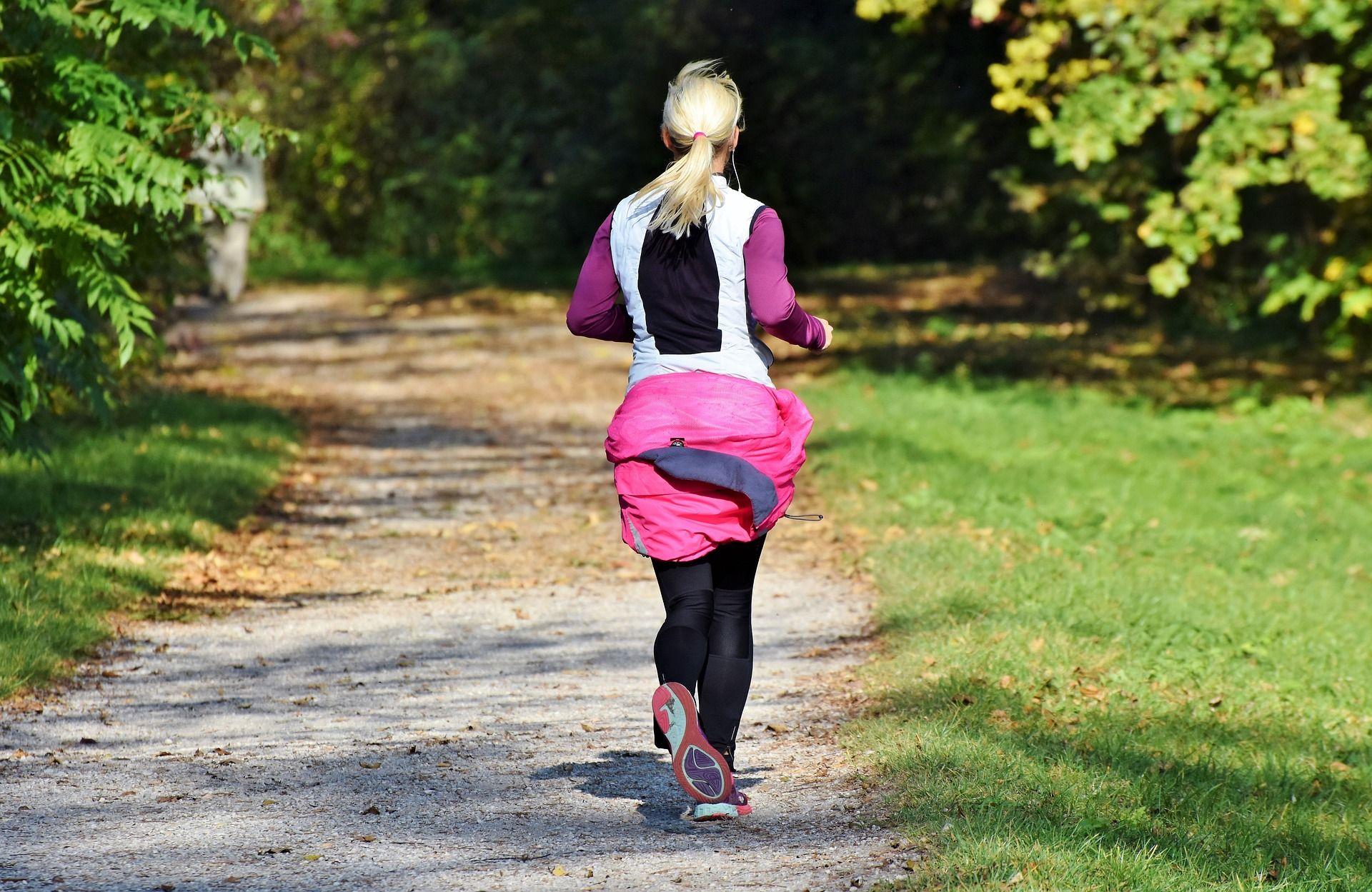 Mujer haciendo deporte (running) por los campos de Pazo de Vilane