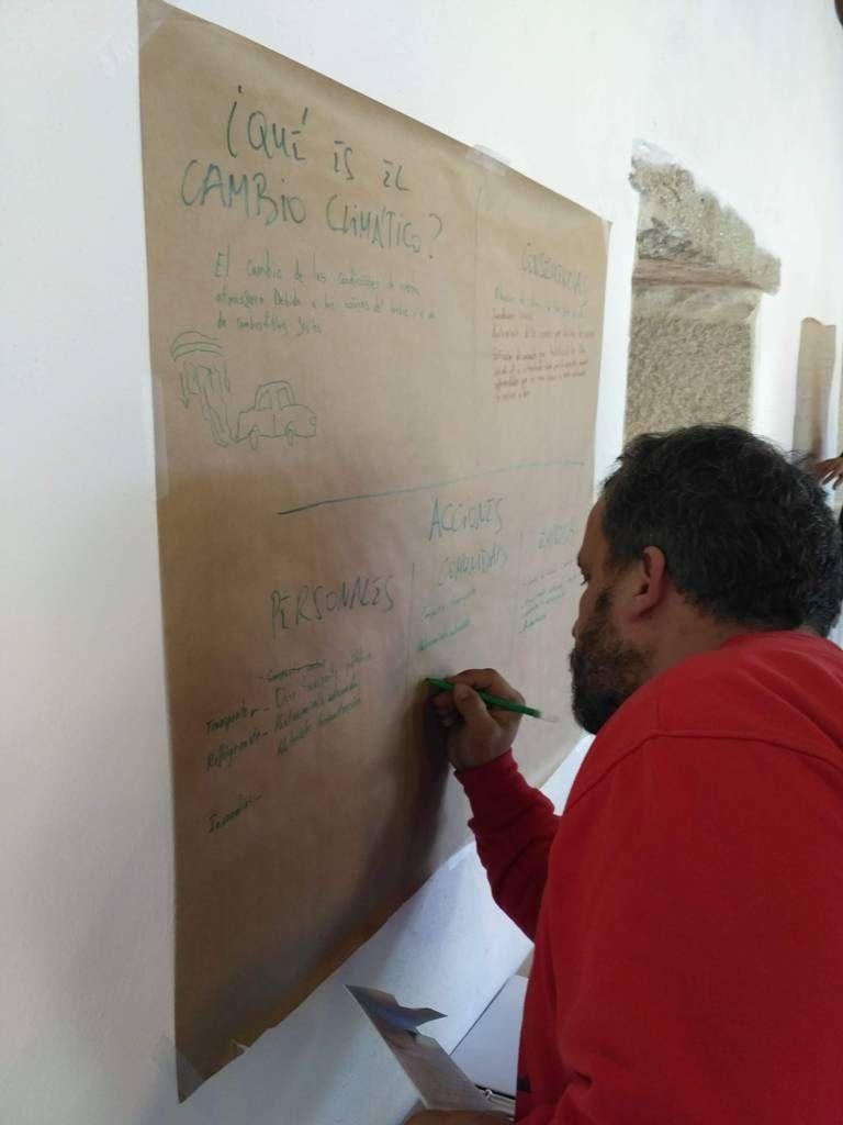 Empleado de Pazo de Vilane apunta ideas para mejorar la huella de carbono de la empresa de huevos camperos.