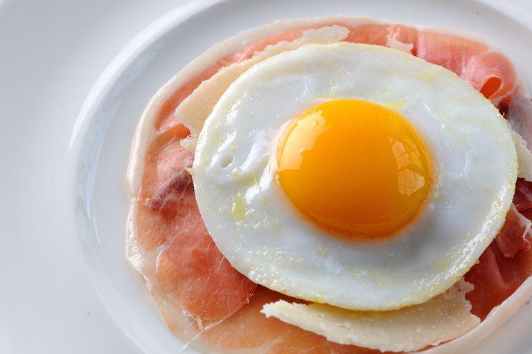Huevo frito sobre jamón serrano.