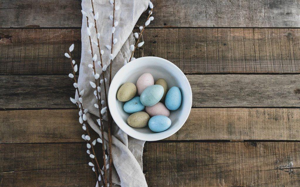 ovos de cores nun prato