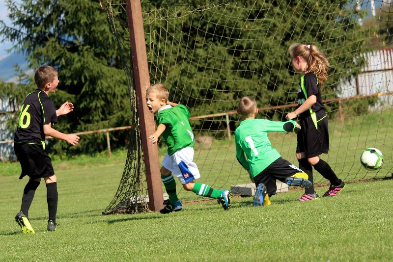 Niños jugando el fútbol tras el confinamiento