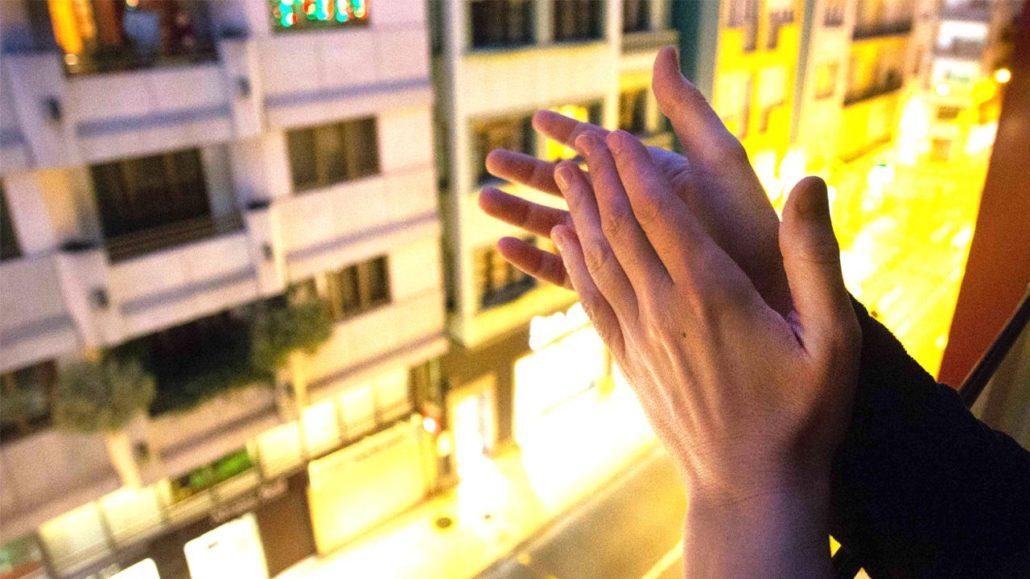 Aplauso desde un balcón de Madrid a los sanitarios. Los aplausos de las tardes son una de las historias de la cuarentena.