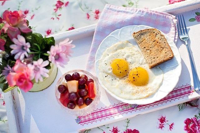 Huevos fritos camperos con fruta variada y tostadas