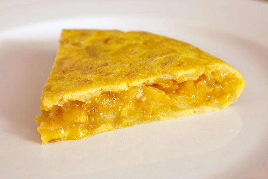 Tortilla de patatas, el plato económico con huevo por excelencia.