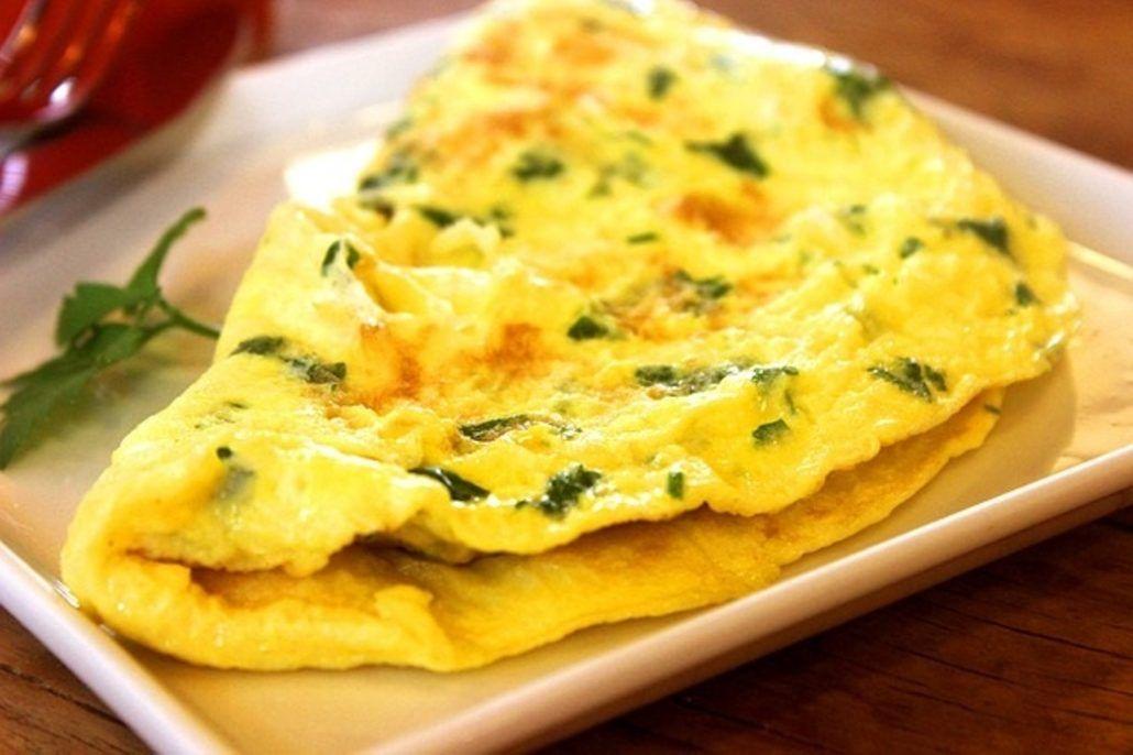 Tortilla francesa con finas hierbas. Un clásico entre los menús baratos con huevos.