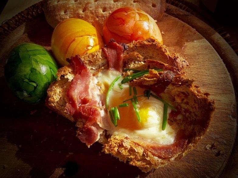 Tosta de huevo con jamón y queso: una receta rica y económica.
