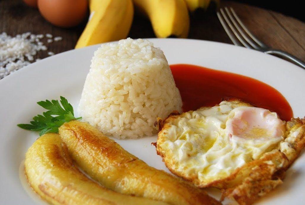 Arroz a la cubana con huevo campero y plátano frito. Una receta apetitosa, nutritiva y barata.