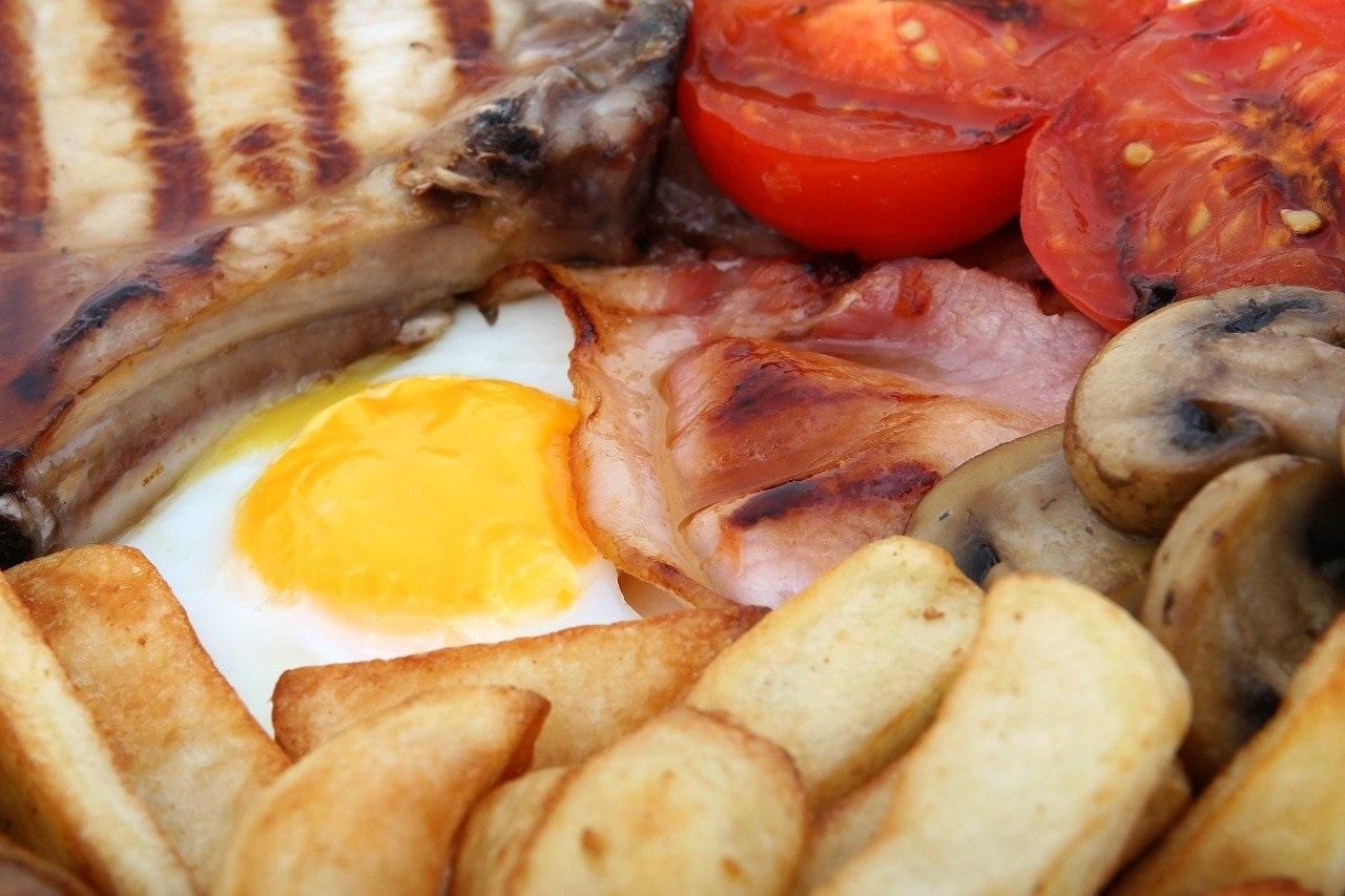 huevos con patatas fritas y tocino. Un menú barato con huevo