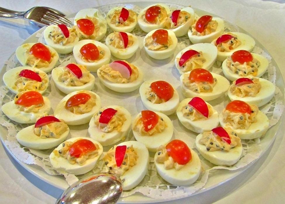 Huevos rellenos. Un plato fuerte asequible y delicioso.
