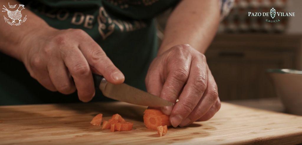 Cortando zanahorias para la ensaladilla rusa Pazo de Vilane