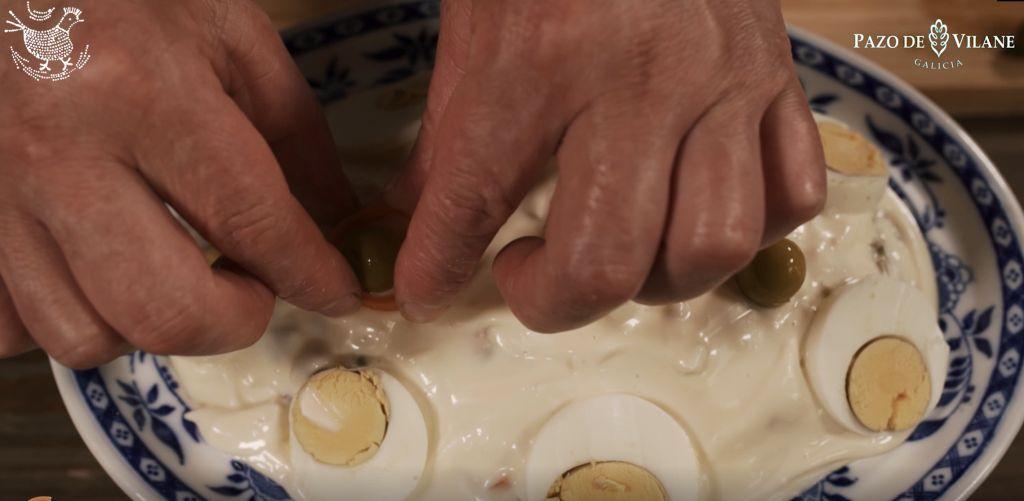 Decorando con rodajas de huevo duro y aceitunas verdes