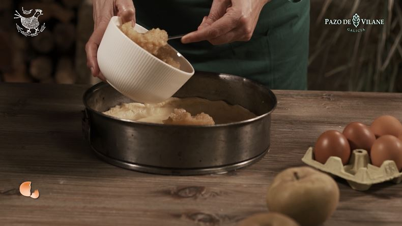 Compota de manzana sobre la base de la tarta de manzana