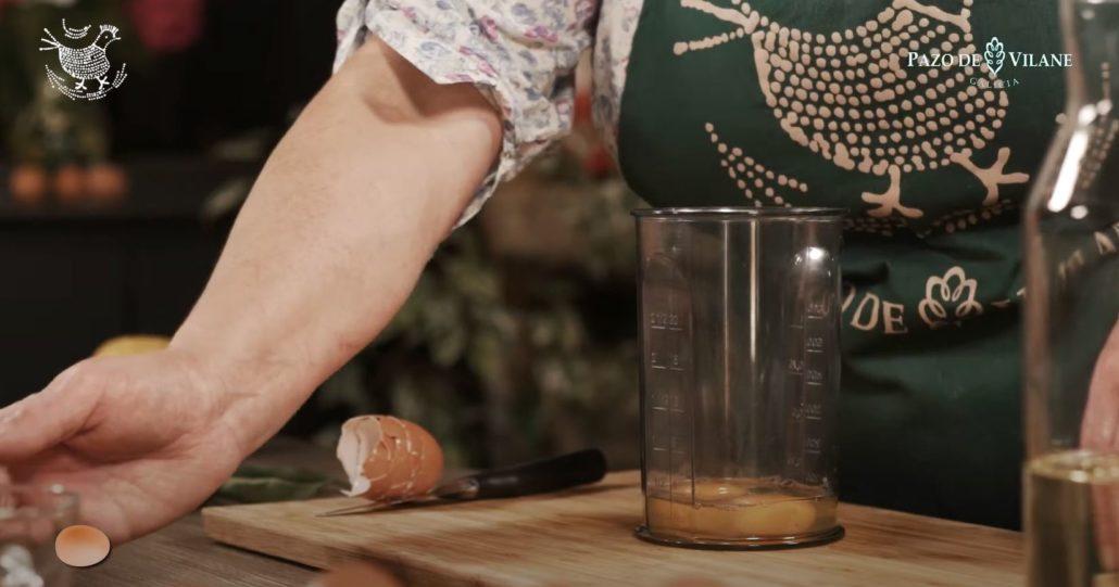 Preparando los huevos camperos de la salsa mayonesa casera