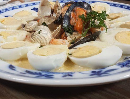 Huevos a la marinera, receta navideña elaborada con huevos camperos de Pazo de Vilane