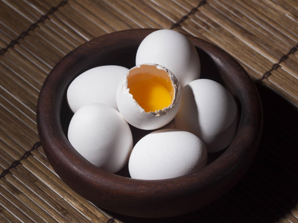 Huevo crudo: lo que debes saber antes de consumir huevo sin cocinar