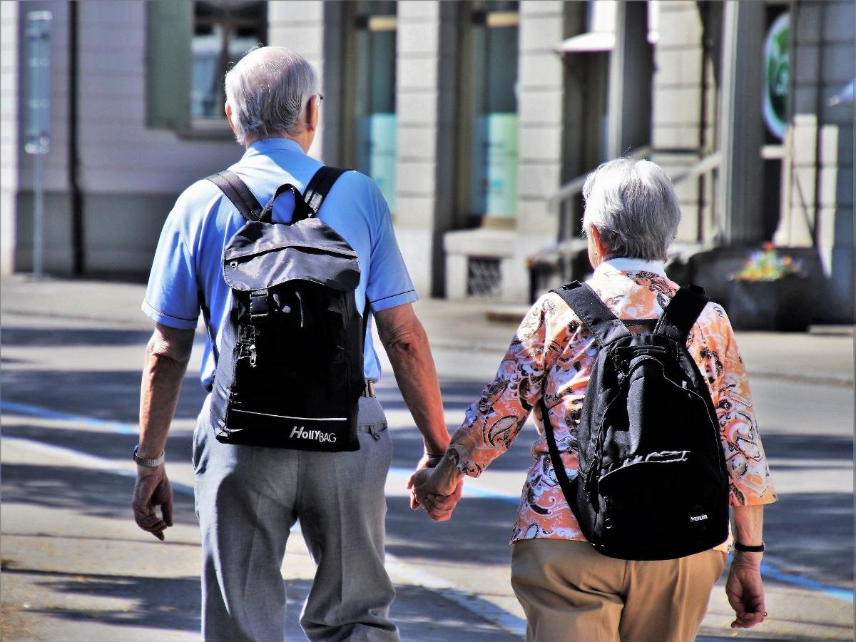 Personas mayores paseando de la mano